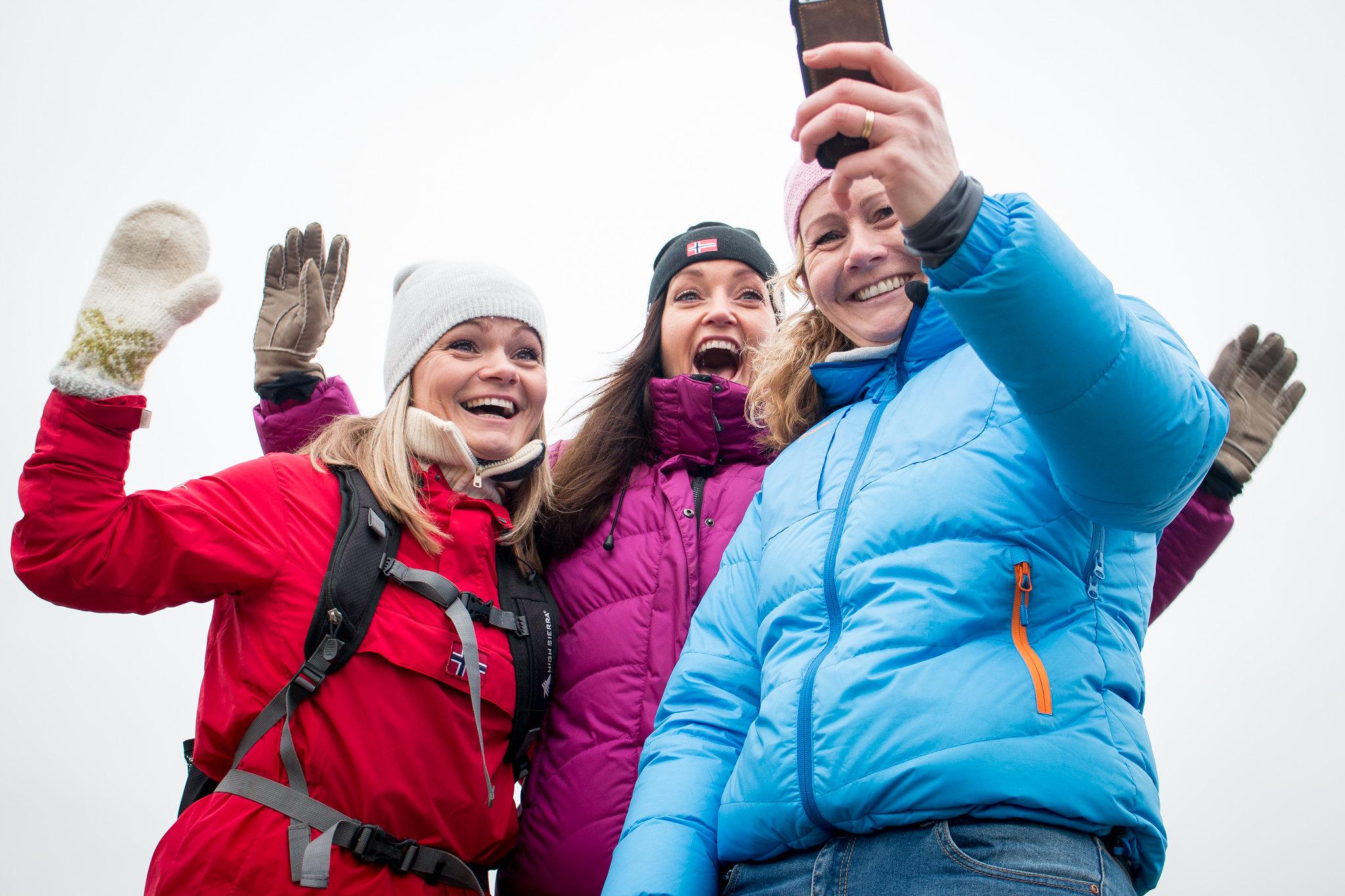 Jenter på tur tar selfie